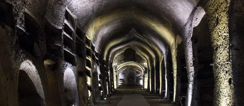 Catacombe-a-Napoli-min.jpg